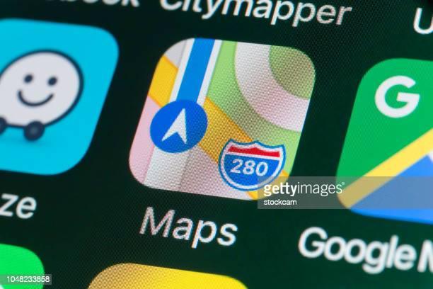 apple maps, google maps, waze en andere apps op iphonescherm - apple computers stockfoto's en -beelden