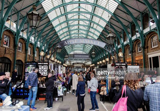 mercado da apple em covent garden em londres, reino unido. - covent garden - fotografias e filmes do acervo