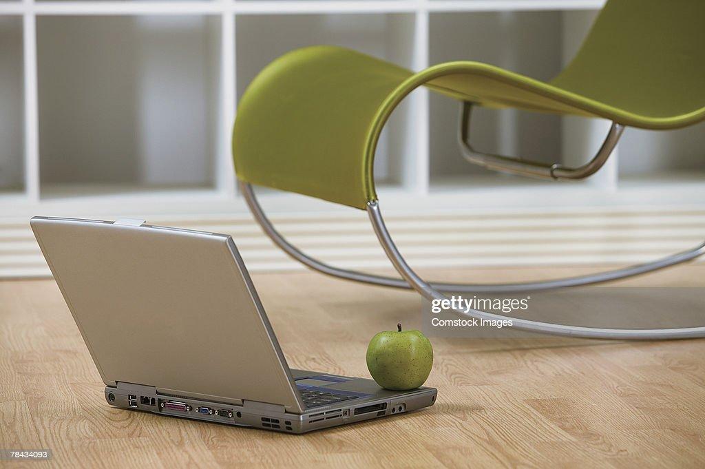 Apple on laptop : Stockfoto