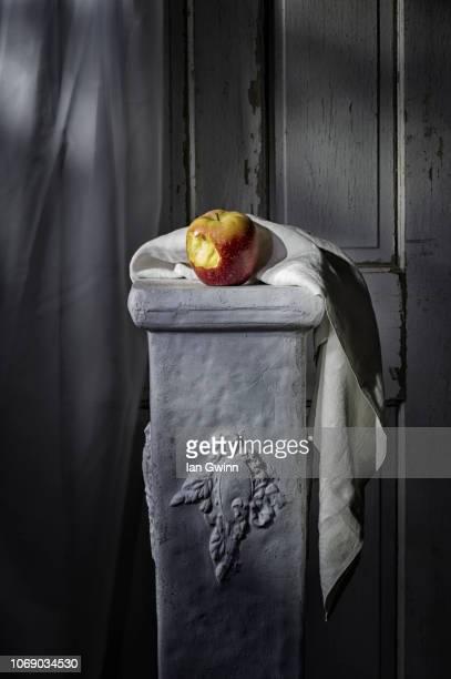 apple on pedestal - ian gwinn stock-fotos und bilder