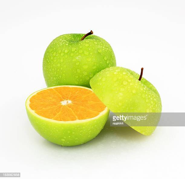 apfel und orange - fälschung stock-fotos und bilder