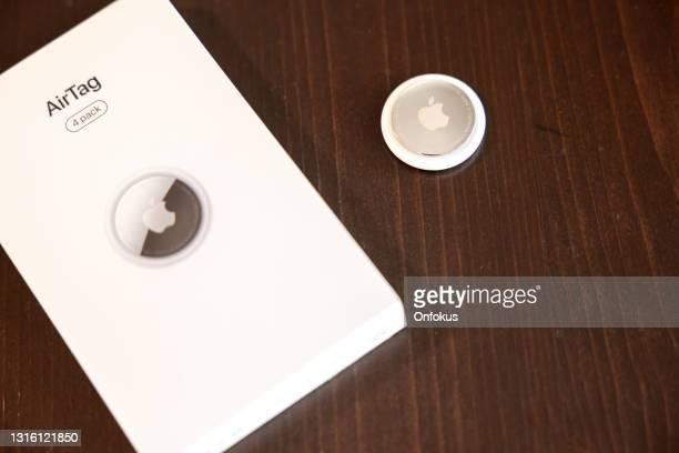 apple realeased new airtag, ein tracking-gerät, um den überblick über ihre sachen zu halten - apple logo stock-fotos und bilder