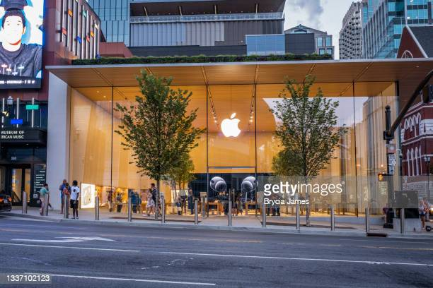 apple store on broadway in nashville - brycia james stock pictures, royalty-free photos & images