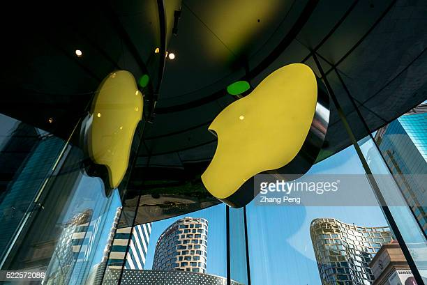 Apple Stores located on Huaihai road changed the leaf on its logo to green which has become an annual tradition for the company to celebrate the...