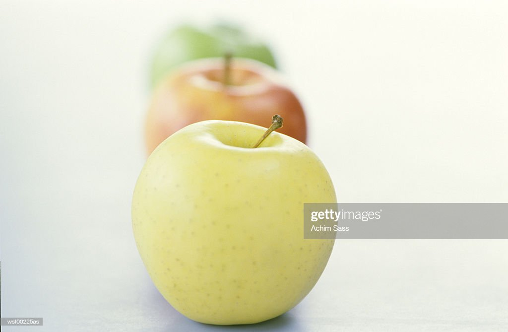 Apples in a line, close up : Foto de stock