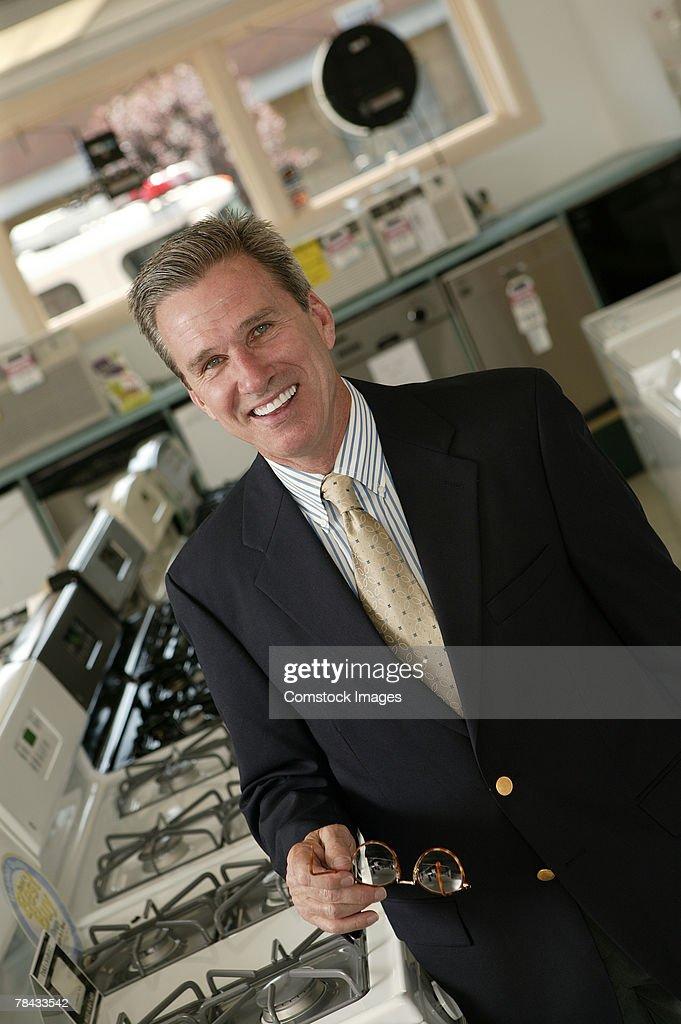 Appliance salesman in store : Stockfoto