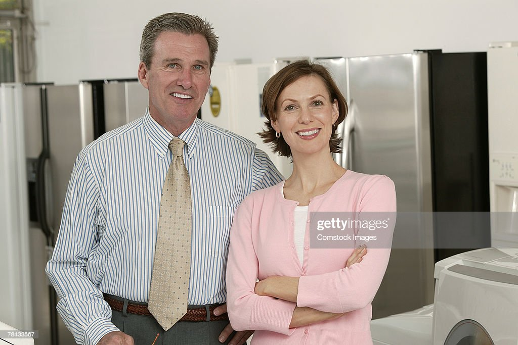 Appliance salesman with customer : Stockfoto