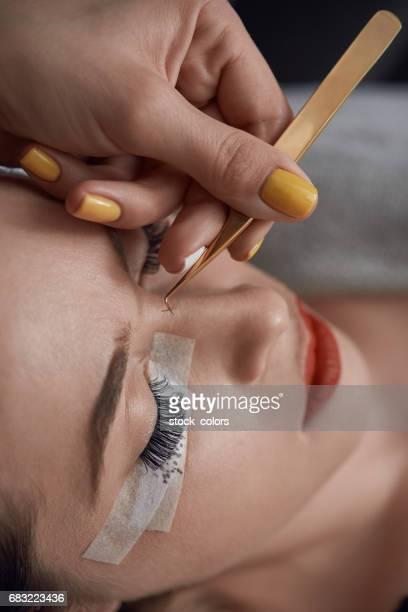 Anwendung von falschen Wimpern in Spa-salon