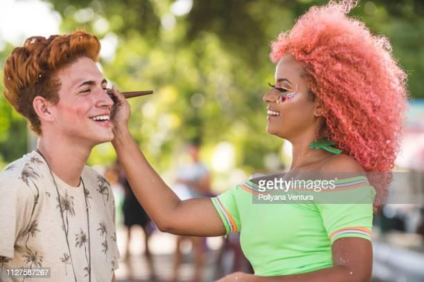 aplicar a pincel de maquiagem no rosto - aparência - fotografias e filmes do acervo
