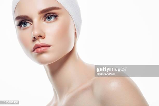 女性の顔にスキンクリームを適用 - 美容 ストックフォトと画像