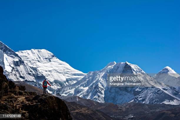 appreciating himalayas mountains. - solu khumbu stock pictures, royalty-free photos & images