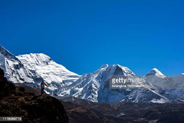 appreciating himalayas mountains. - khumbu stock pictures, royalty-free photos & images