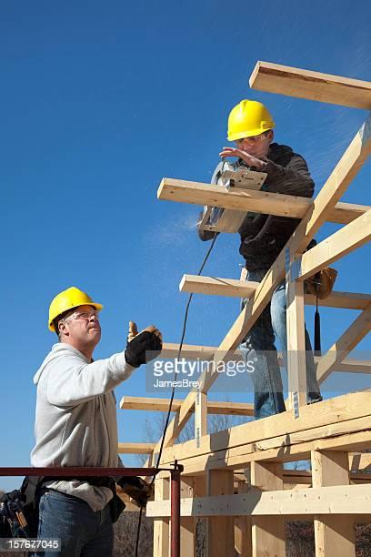 Auszubildender Carpenter Sägen mit Vorgesetzten Regeln