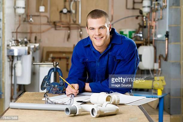 lehrling klempner - handwerker stock-fotos und bilder