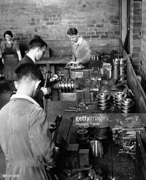 Apprentis ajusteurs mécaniciens travaillant dans un atelier en 1954 au RoyaumeUni