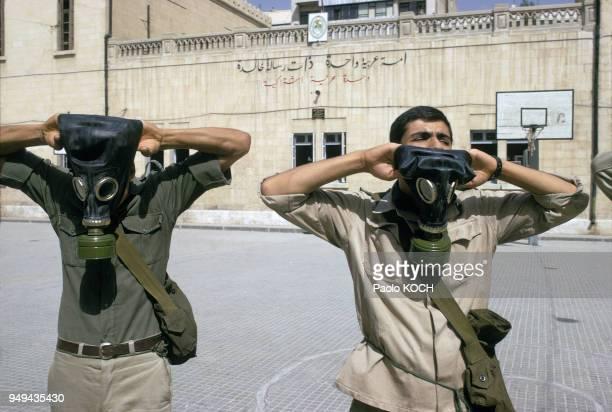 Apprentissage de l'utilisation de masques à gaz dans l'école militaire secondaire pour garçons de Damas en Syrie