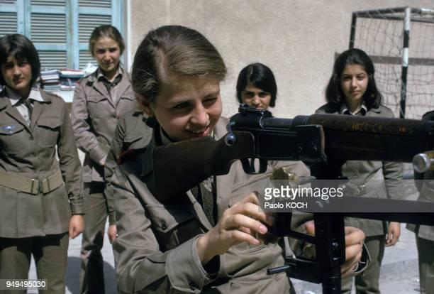 Apprentissage du maniement des armes à l'école militaire secondaire pour filles de Damas en Syrie