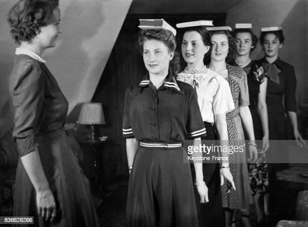 Apprentisssage pour marcher gracieusement dans une école de mannequins à Munich Allemagne le 8 février 1950