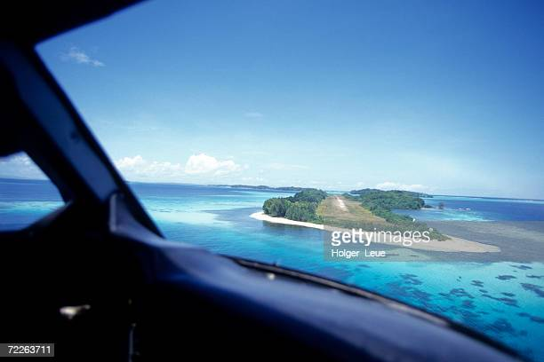 approaching gizo airstrip view from aeroplane, gizo, solomon islands - ソロモン諸島 ストックフォトと画像