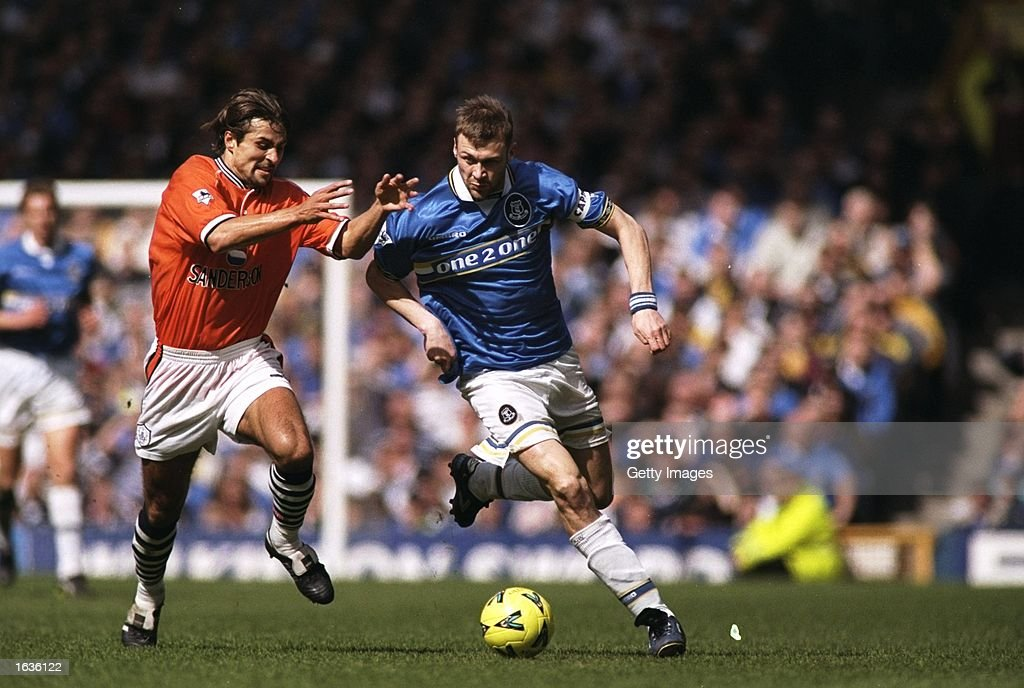 Emerson Thame of Sheffield Wednesday and Duncan Ferguson of Everton : ニュース写真