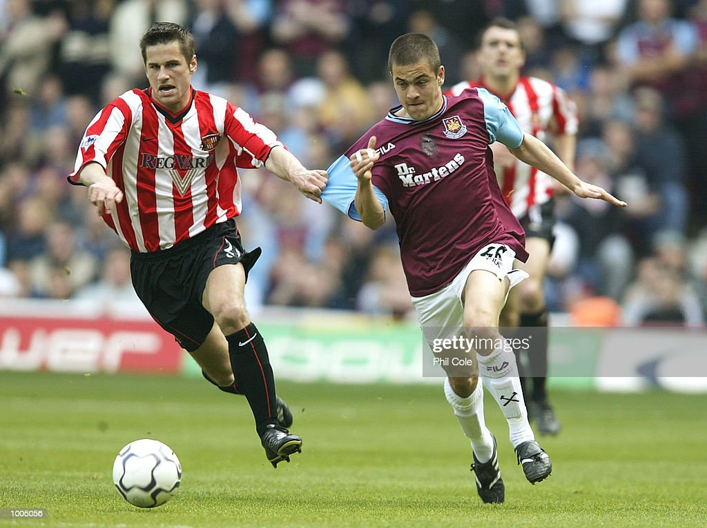 Joe Cole of West Ham evades a tackle from Paul Thirwell of Sunderland during the FA Barclaycard Premiership match between West Ham United and Sunderland at Upton Park, London. DIGITAL IMAGE. Mandatory Credit: Phil Cole/Getty Images