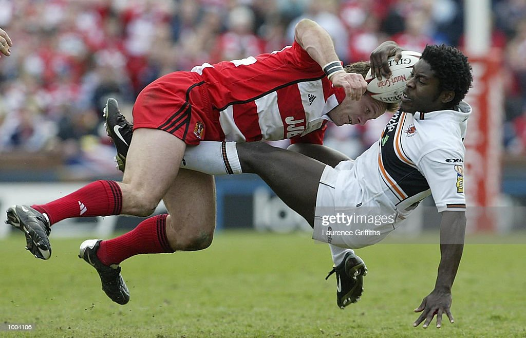 Julian O''Neill of Wigan battles with Waine Pryce of Castleford during the Wigan Warriors v Castleford Tigers Kellogs Nutri Grain Challenge Cup Semi Final at Headingley in Leeds. DIGITAL IMAGE. Mandatory Credit: Laurence Griffiths/Getty Images