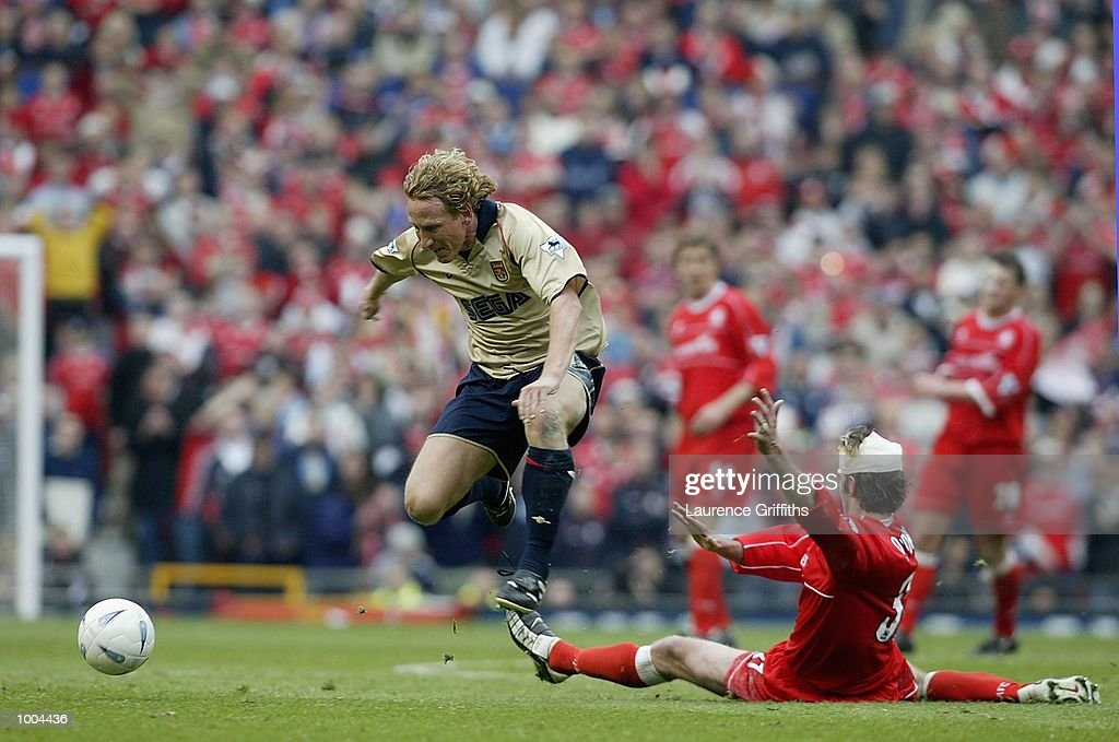 Ray Parlour of Arsenal evades the cahllenge from Franck Queudrue of Boro during the AXA sponsored FA Cup semi final tie between Middlesbrough v Arsenal at Old Trafford Stadium, Manchester. DIGITAL IMAGE. Mandatory Credit: Laurence Griffiths/Getty Images