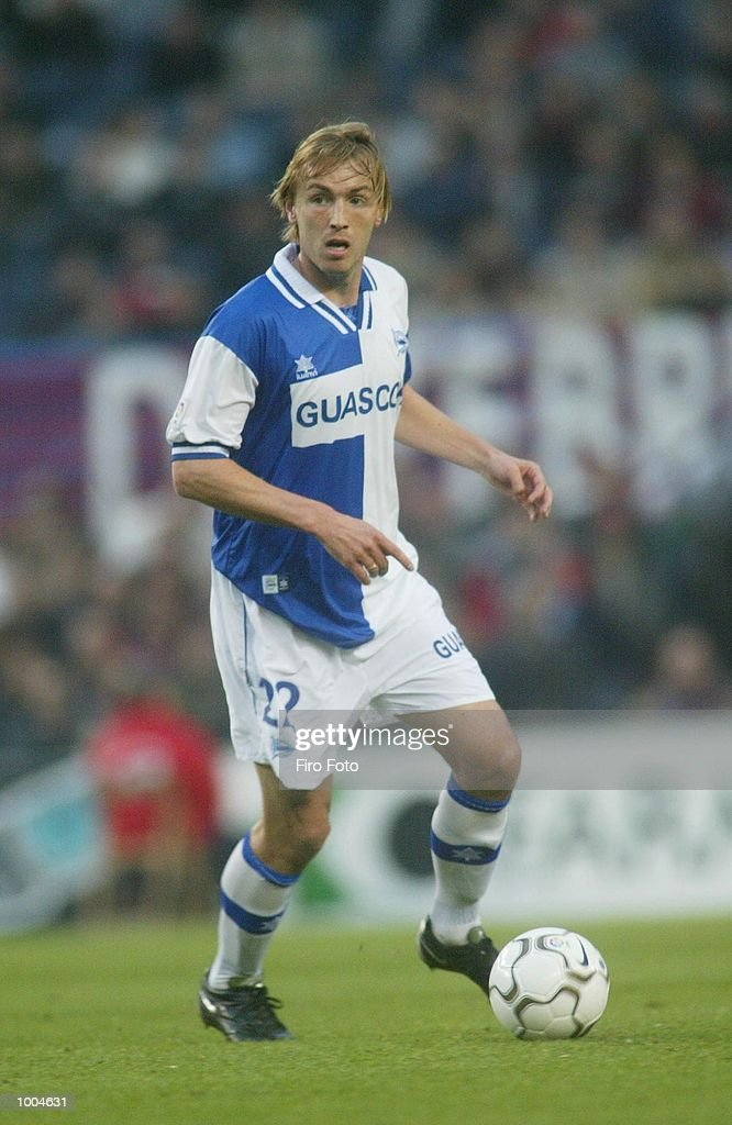 Richard Witschge of Alaves in action during the Primera Liga match between Barcelona and Alaves, played at the Camp Nou Stadium, Barcelona. DIGITAL IMAGE. Mandatory Credit: Firo Foto/Getty Images