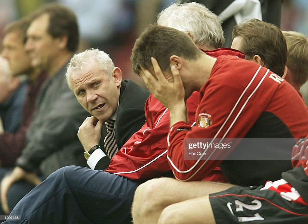Sunderland manager Peter Reid looks down the line of the bench to his players holding their heads in their hands during the FA Barclaycard Premiership match between West Ham United and Sunderland at Upton Park, London. DIGITAL IMAGE. Mandatory Credit: Phil Cole/Getty Images