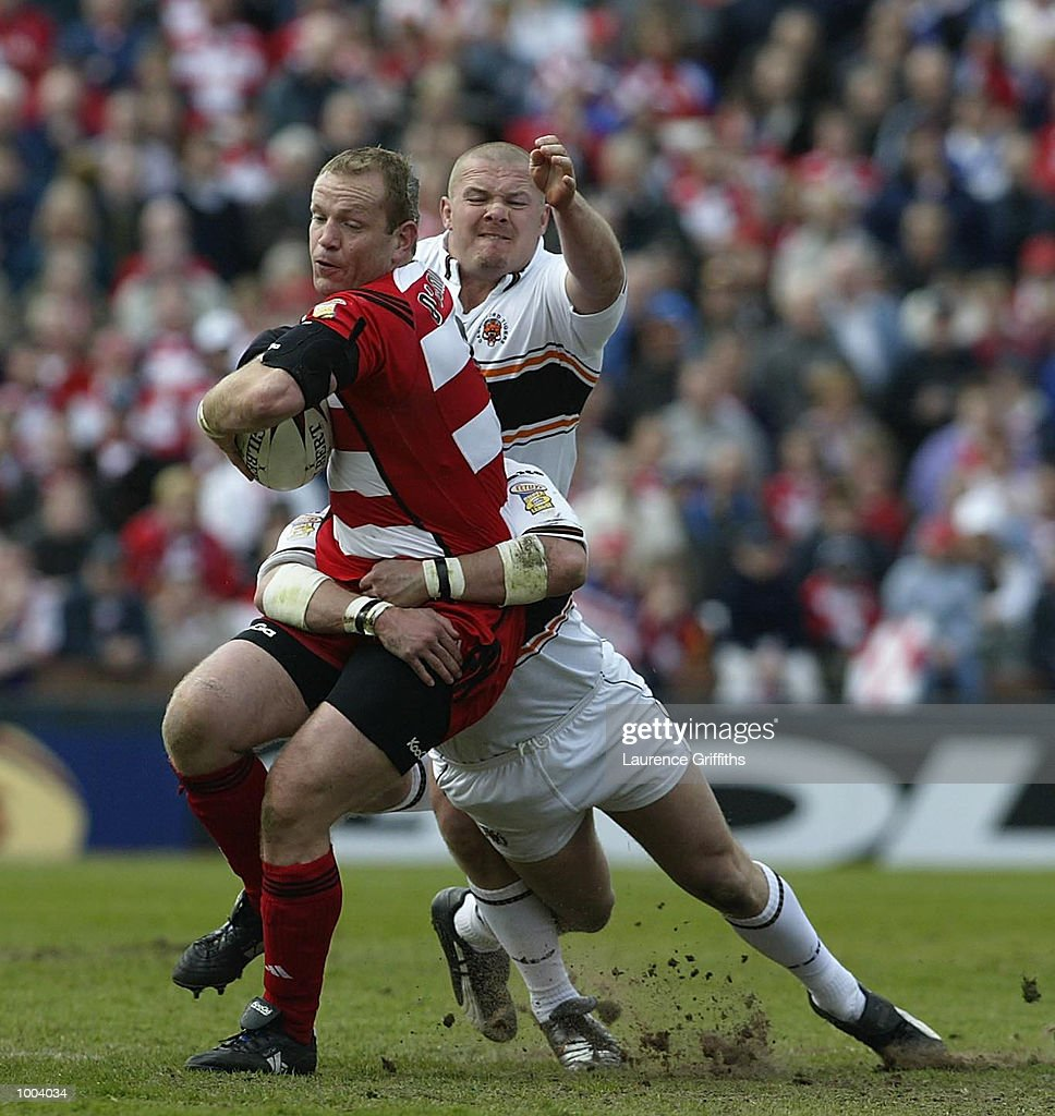 Terry O''Connor of Wigan battles with Dean Sampson of Casstleford during the Wigan Warriors v Castleford Tigers Kellogs Nutri Grain Challenge Cup Semi Final at Headingley in Leeds. DIGITAL IMAGE. Mandatory Credit: Laurence Griffiths/Getty Images