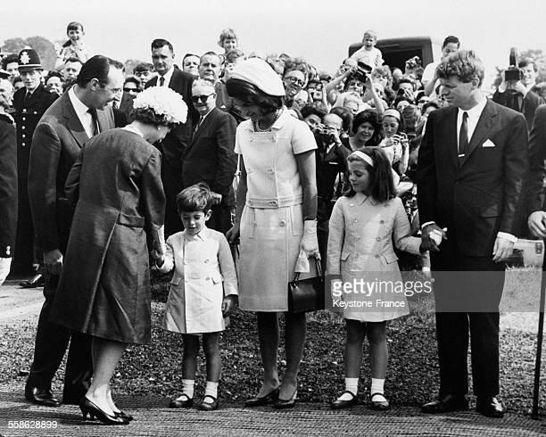 Apres la ceremonie d'inauguration d'une stele a la memoire de l'ancien president des EtatsUnis assassine John Fitzgerald Kennedy le petit John serre...