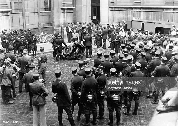 Apres les combats de l'insurrection des policiers des pompiers et des FFI entourent le batiment de la Prefecture de Police ou Dietrich von Choltitz...