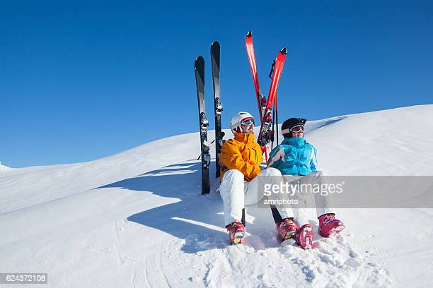 apres ski relaxing skiers - apres ski stock pictures, royalty-free photos & images