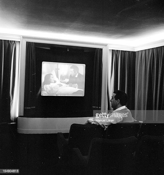 April 14 the singer Luis Mariano at his house in Vesinet In a screening room watching one of his films