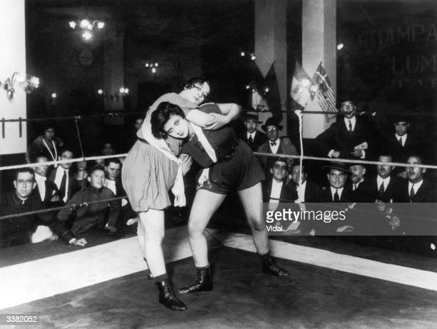 A match in progress between Argentinian wrester Alvarez and her Swiss opponent Mme Roxanne