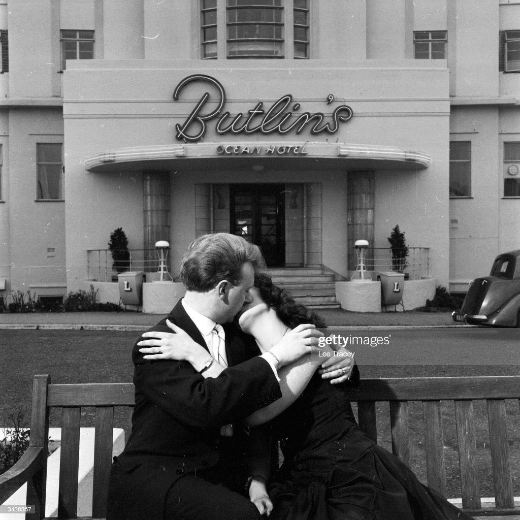 Honeymoon Kiss : News Photo