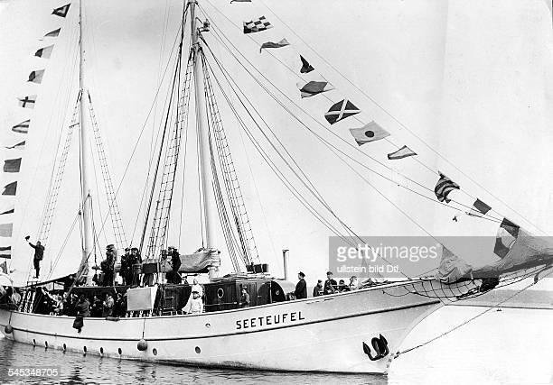 *906188113 April 1966 Marineoffizier Schriftsteller DLuckner mit seinem Segelschiff'Seeteufel' in Stettin 1937