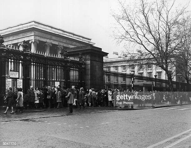 Queues outside the British Museum in London for the exhibition of artefacts from the tomb of Tutankhamen