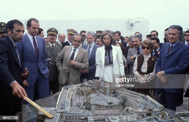 April 1983 Algeria Official visit of the Kings of Spain Juan Carlos and Sofia to Algeria Kings of Spain with a model of Dey Palace accompanied by the...