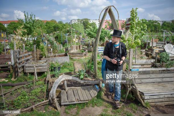 April 2018, Germany, Berlin: Juha Jaervinen, participant of the basic income experiment in Finland, visits the Allmende-Kontor community garden on...