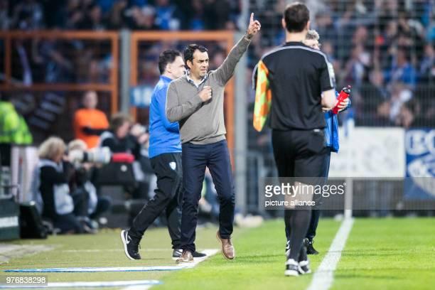 April 2018, Germany, Bochum: Soccer, Second Bundesliga, VfL Bochum vs 1. FC Kaiserslautern at Vonovia Ruhrstadion: Bochum's coach Robin Dutt...