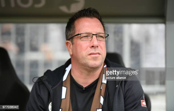 Soccer 2nd Bundesliga FC St Pauli vs SpVgg Greuther Fuerth in the Millerntor stadium St Pauli head coach Markus Kauczinski sitting on the bench ahead...