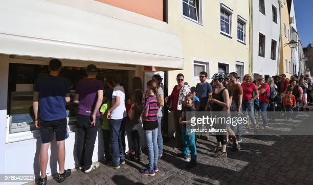 07 April 2018 Germany Landsberg am Lech People queueing at an ice cream parlour Photo KarlJosef Hildenbrand/dpa