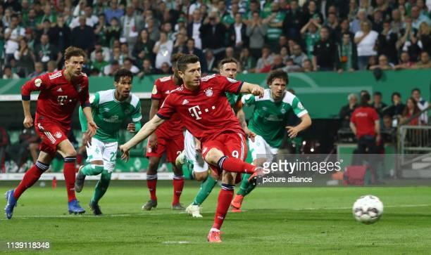 April 2019, Bremen: Soccer: DFB Cup, semi-final: Werder Bremen - FC Bayern Munich in the Weserstadion. Munich's Robert Lewandowski scores the goal to...