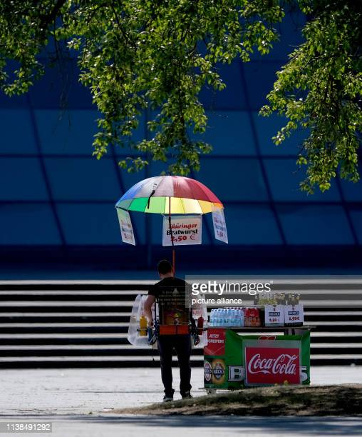 A bratwurst salesman is waiting for customers in the shade of a tree Photo Peter Steffen/dpa