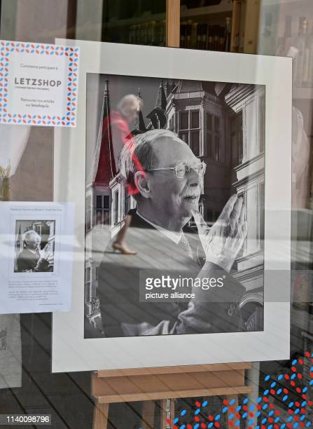 April 2019, Luxembourg, Luxemburg: A framed portrait of the former Grand Duke Jean hangs in a shop window near the palace in Luxembourg. The body of...