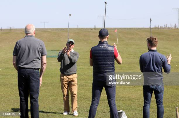 19 April 2019 MecklenburgWestern Pomerania RibnitzDamgarten Golf instructor Tom Siegfried demonstrates the right tee shot at a golf taster course for...