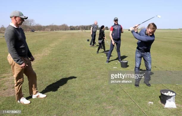 19 April 2019 MecklenburgWestern Pomerania RibnitzDamgarten Golf instructor Tom Siegfried and the participants Robert van der Wal Carmen Hacker...