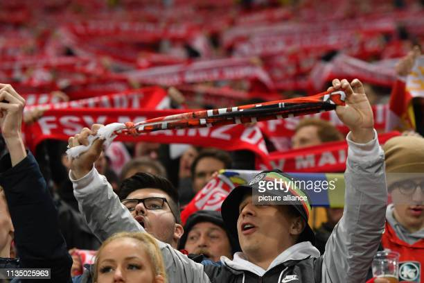 05 April 2019 RhinelandPalatinate Mainz Soccer Bundesliga FSV Mainz 05 SC Freiburg 28th matchday Opelarena in Mainz Mainzer fans cheer after the goal...