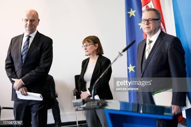 April 2020, Brandenburg, Potsdam: Dietmar Woidke , Prime Minister of Brandenburg, Ursula Nonnemacher , Minister of Health of Brandenburg, and Michael...